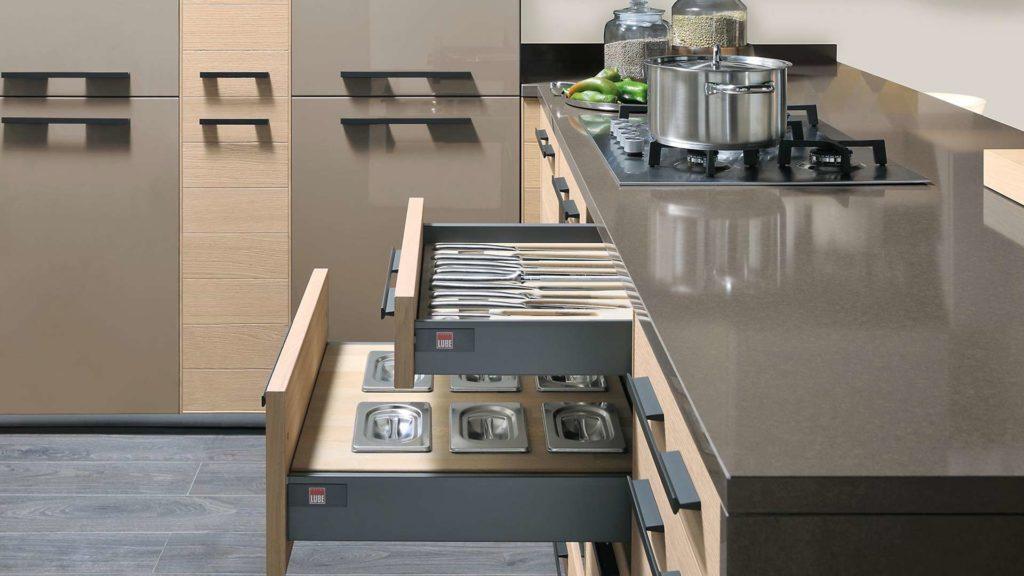 cuisine équipée avec accessoires de cuisine