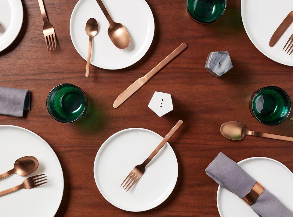 Un art de table  pour les plus inventifs aimant la simplicité. Quoi de mieux pour habillez votre cuisine. Simple et efficace, cet art de table en ravira plus d'un. Bois et couvert rosé font de cette table un délice.